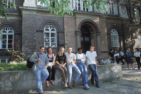 کالج مک دنیل مجارستان 2020 - 2019